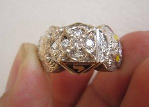 Nhẫn Masonic vàng 10K 02 màu (vàng trắng – vàng vàng) đính hột 5 viên xoàn thiên nhiên.