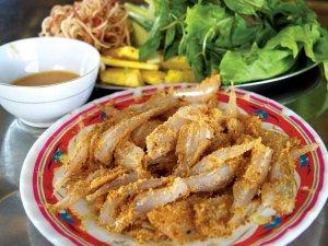 Gỏi cá Nam Ô là đặc sản Đà Nẵng nổi tiếng gây nghiệm Với hương vị mặn mồi của cá biển hòa quyện với