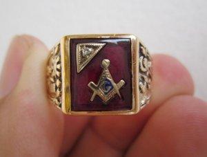 Nhẫn hột đỏ khảm vàng biểu tượng Masonic và hột xoàn, sang trọng, lĩnh lãm.