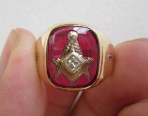 Nhẫn hột đỏ khảm vàng biểu tượng Masonic đính hột xoàn cực đẹp và sang trọng, đơn giản mà quyền quý.