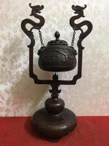 Đỉnh đốt trầm cầu treo rất đẹp và độc đáo. Chất liệu: Đồng đúc. Kích thước: Cao 45/28 nặng 2.8kg. Li