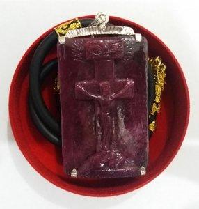 Tượng Thiên Chúa ba ngôi bằng đá ruby to quý hiếm bọc bạc dây đeo bằng da