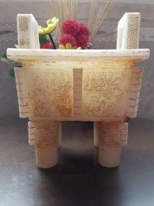 Đỉnh đá vuông hoa văn đắp nổi,họa tiết diện lonh thú thời nhà Hán.
