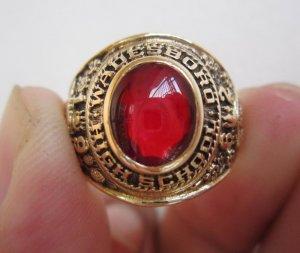 Nhẫn 10K,Hột đỏ như ruby rất lửa,hình ảnh mái trường và các vị thần Hi Lạp, năm 1962.