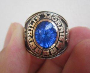 Nhẫn mỹ vàng bá cấm xanh biển rực rỡ, phom rất to.