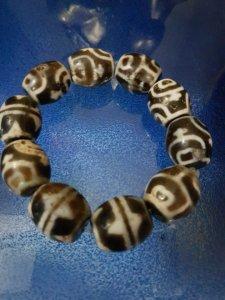 Vòng tay đá Lạt Ma Tây Tạng ngàn năm (hay còn gọi là dzi beads).Hoa văn nanh hổ,bình rượu