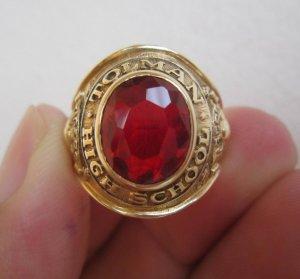 Nhẫn 10K,Hột đỏ như ruby rất lửa,hình ảnh sư tử rất nét, năm 1963.