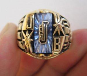Nhẫn hột xanh tia khảm vàng chữ J, kiểu nhẫn độc, lạ.
