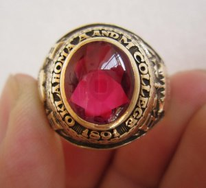 Nhẫn 10K,Hột đỏ như ruby rất lửa,đại học Oklahomaa thành lập năm 1891, tốt nghiệp năm 1957.