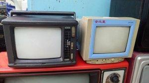 3 cái tivi cổ xưa trắng đen
