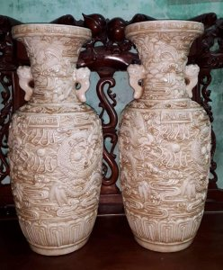 Cặp bình gốm Bạch Định đắp nổi song long của đại nghệ nhân Vương Bính Vinh đầu thế kỷ 19.