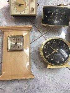 5 đồng hồ của Mỹ , 3 xài điện + 1 lên dây và 1 xài pin