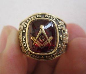 Nhẫn 14K, hột đỏ khảm vàng biểu tượng Masonic, kiểu nhẫn lạ và họa tiết đẹp tuyệt vời.
