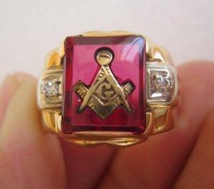 Nhẫn hột đỏ khảm vàng biểu tượng Masonic và đính hột xoàn thiên nhiên hai bên cực đẹp và sang trọng