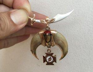 Mặt huy hiệu Masonic vàng 14K kết hợp cùng móng cọp và đá mắt hổ, đẹp tinh tế và sắc sảo