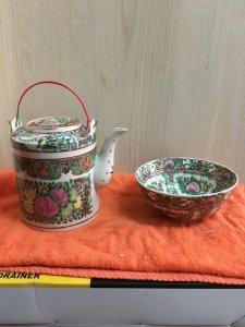 Bình trà và tô Hong Kong