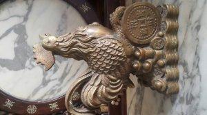 Gà trống đạp tiền bằng đồng