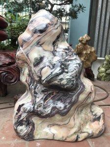 Cây đá tự nhiên ngũ sắc đẹp tứ diện,nặng khoảng 180kg.MS 9011