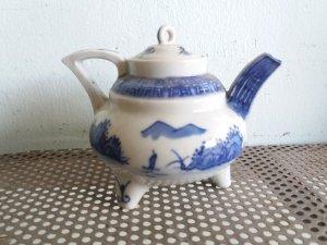 Bình trà quý hiếm hoa văn tinh xảo