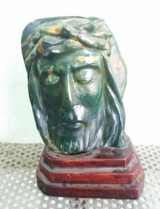 Tượng Chúa Jesus bằng đá quý...