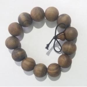 Vòng đeo tay làm từ gỗ cây thủy tùng quý hiếm
