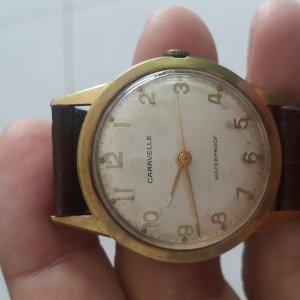Đồng hồ Caravelle bọc vàng máy lên dây