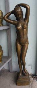 Tượng nude khổng lồ bằng đồng...