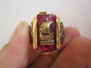 Nhẫn 10K, hột đỏ đính huy hiệu nguyên chiếc thuyền, hội vàng và phom vuông xưa hoành tráng