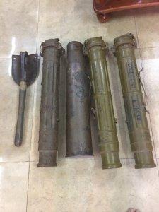 Ống đựng pháo, vỏ đạn, xẻng lính