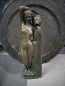 Tượng nude cô gái cầm bình đẹp...