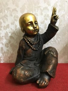 Một bức tượng về chú tiểu rất...