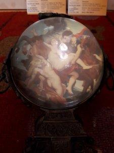 Đồng hồ để bàn pha lê qys cầu omega hình nude phục hưng Ý