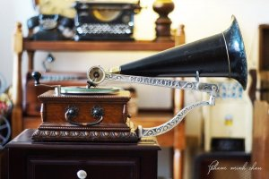 Máy hát loa kèn Columbia AJ Phonograph