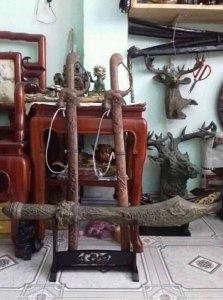 Cây đao và cặp kiếm xưa cổ bằng...