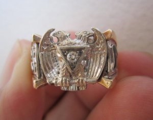 Nhẫn Masonic phome vuông hoành tráng, hột xoàn thiên nhiên 2.2ly trắng sạch, long lanh.