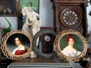 Ba khung tranh cổ kính