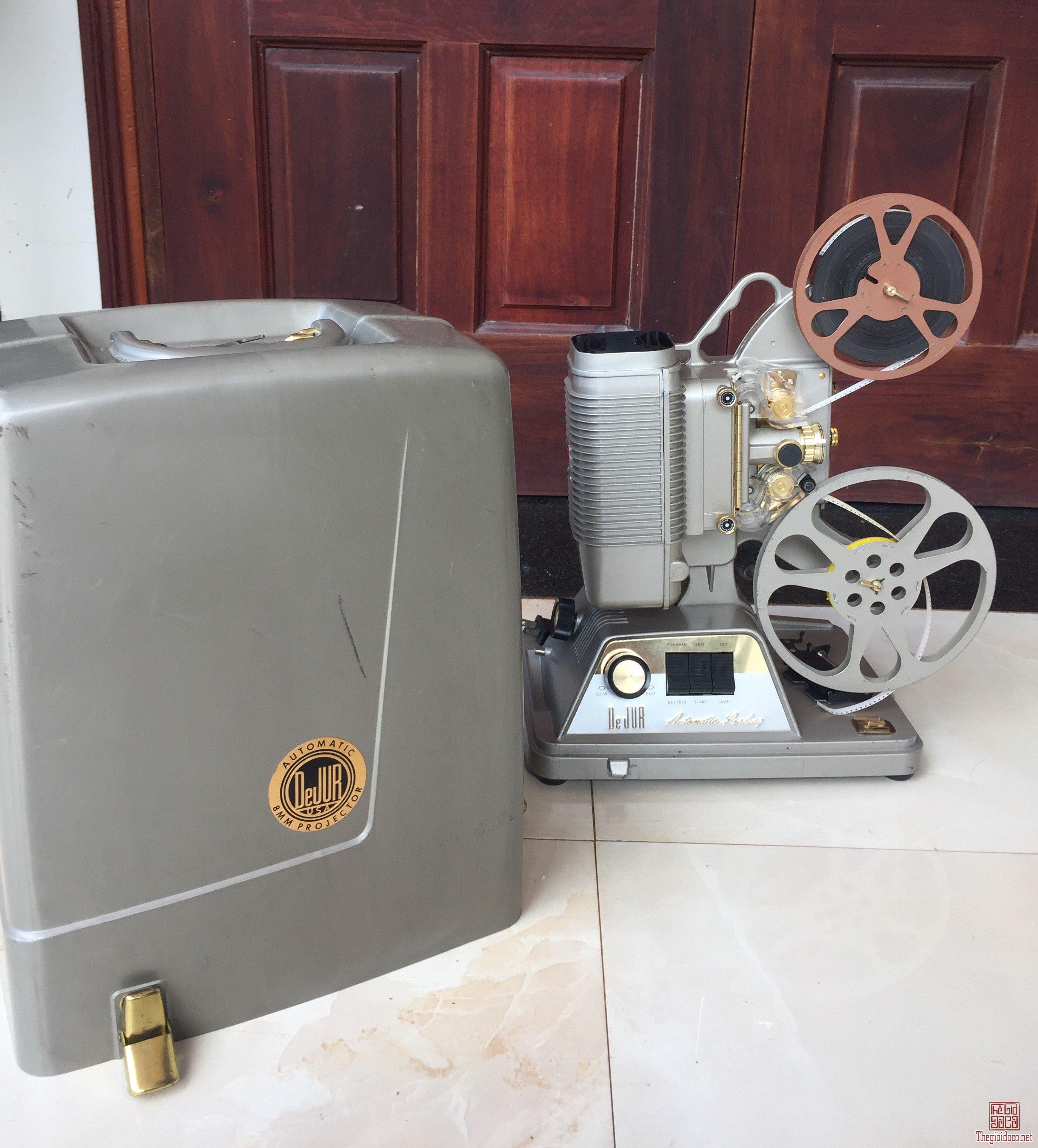 Máy chiếu phim cổ 8mm của Mỹ sản xuất thập niên 50 còn sử dụng tốt, nguyên hộp