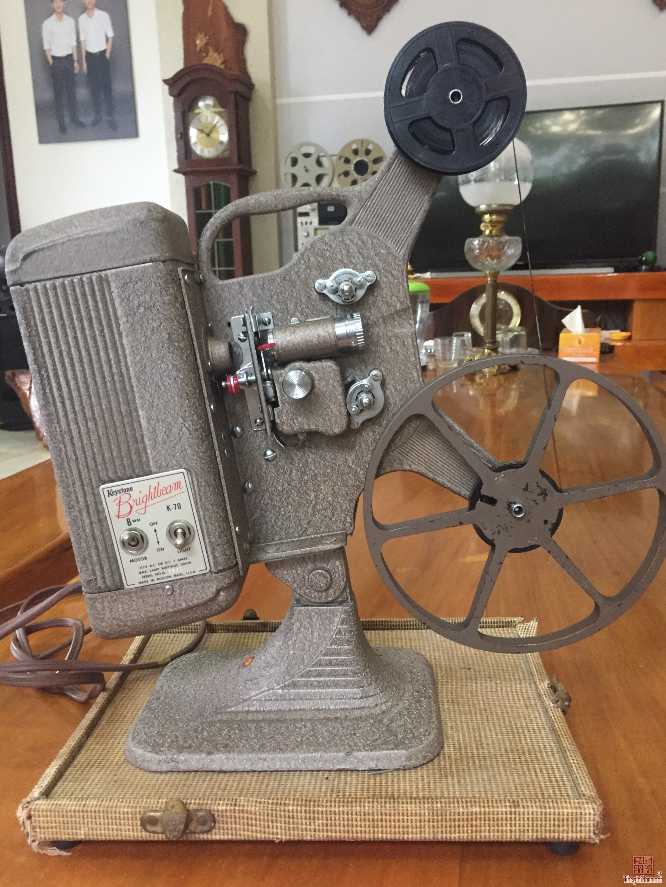 Máy chiếu phim cổ Mỹ 8mm sản xuất 1950, sử dụng tốt, nguyên thùng gỗ bọc da