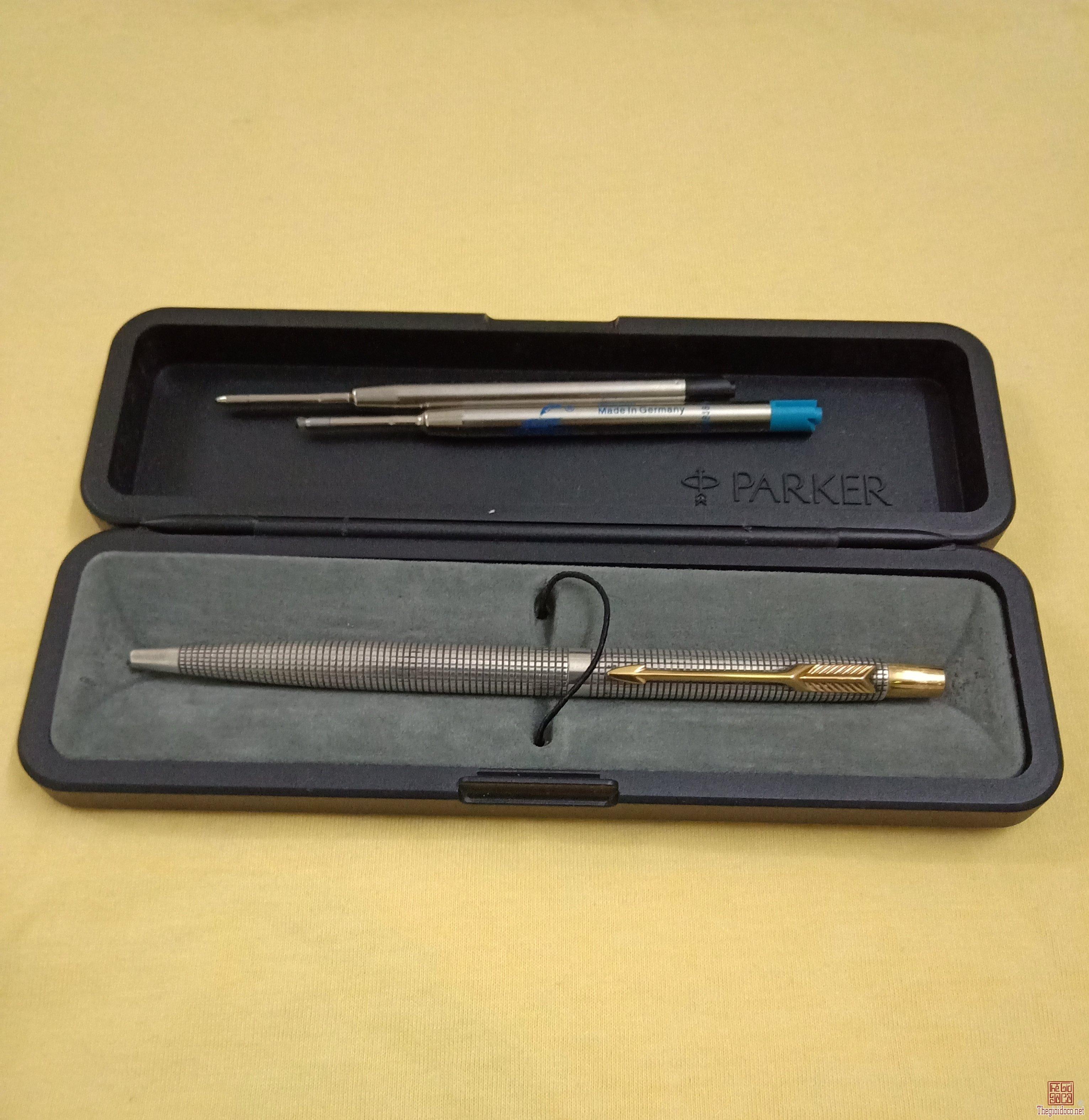 Bút bi bấm PARKER bạc đúc nguyên khối thân sọc rãnh carô