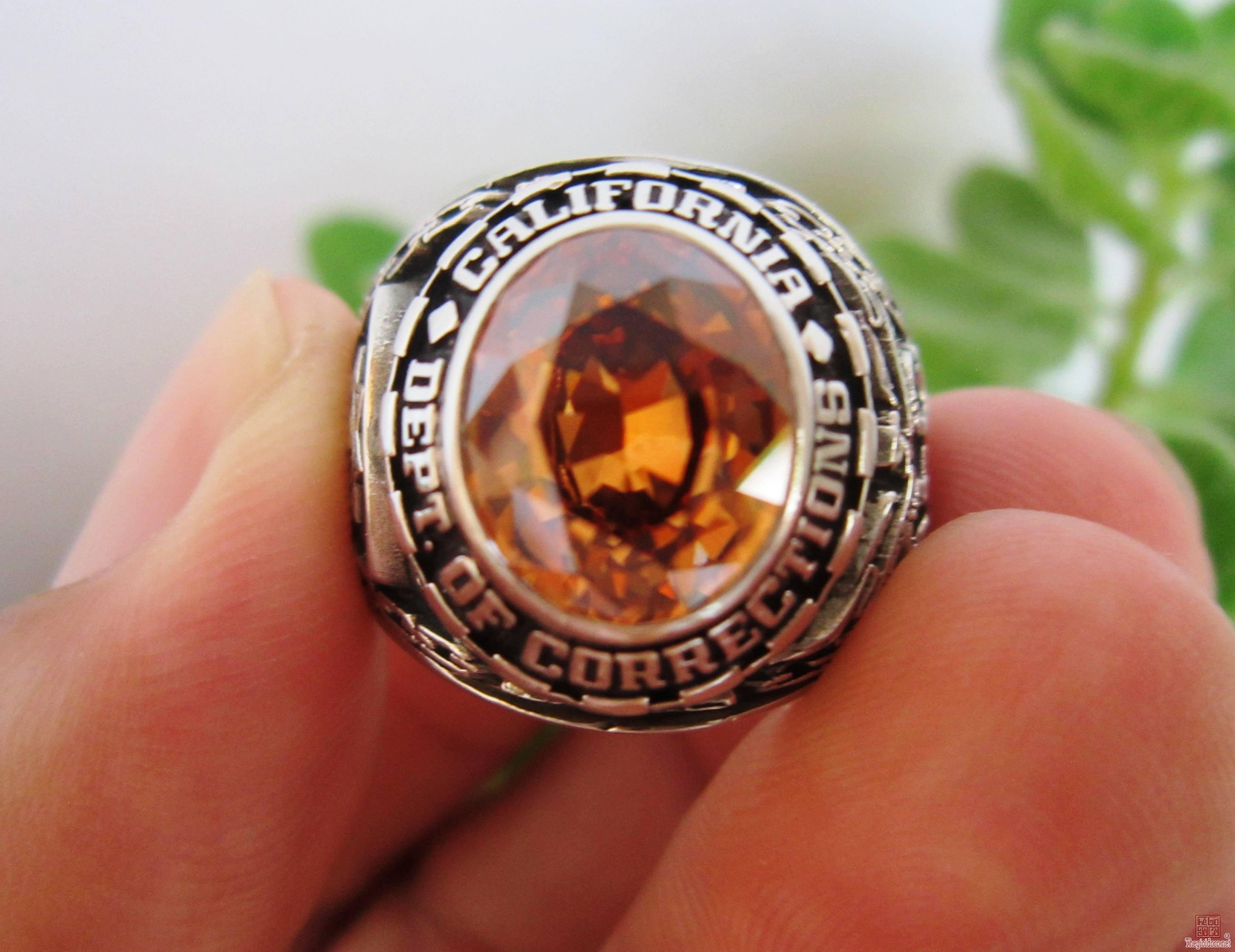 Nhẫn hợp kim Cơ quan Thực thi pháp luật, hột vàng cam hiếm gặp, giá trị sưu tầm cao.