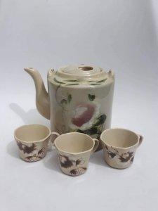 Bình trà hoa đào và ly