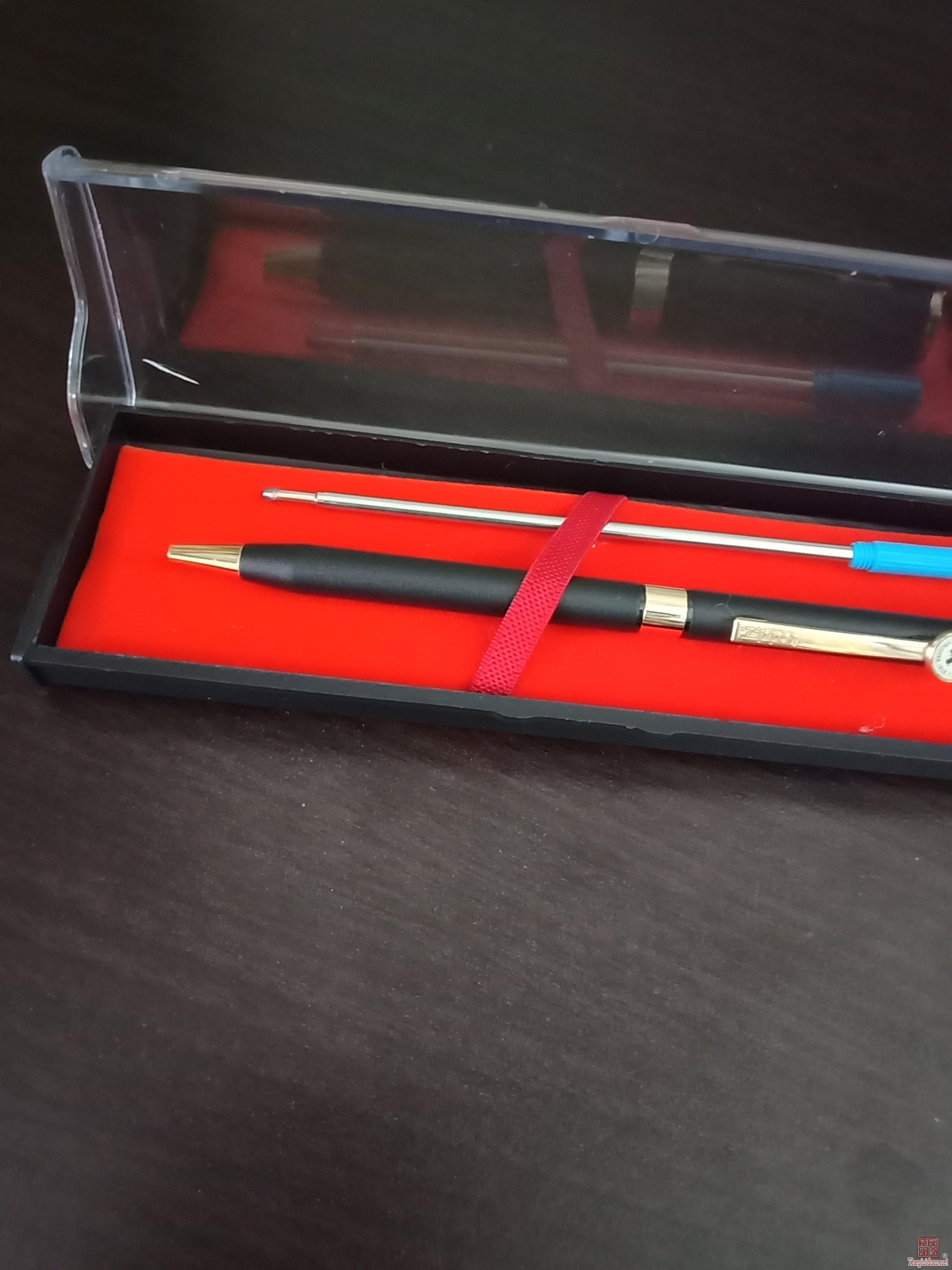 Bút bi xoay ZIPPO của Mỹ vỏ kim loại demi đen vàng thon dài
