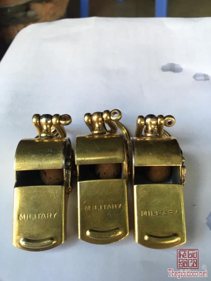 Còi Mỹ bằng đồng hiệu MILTARY Made in Usa Emblem TQLC và US. zalo: 0776218163 Tiệm Hoàng Thiên.