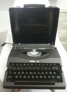 máy đánh chữ Nhật thập niên 80s...