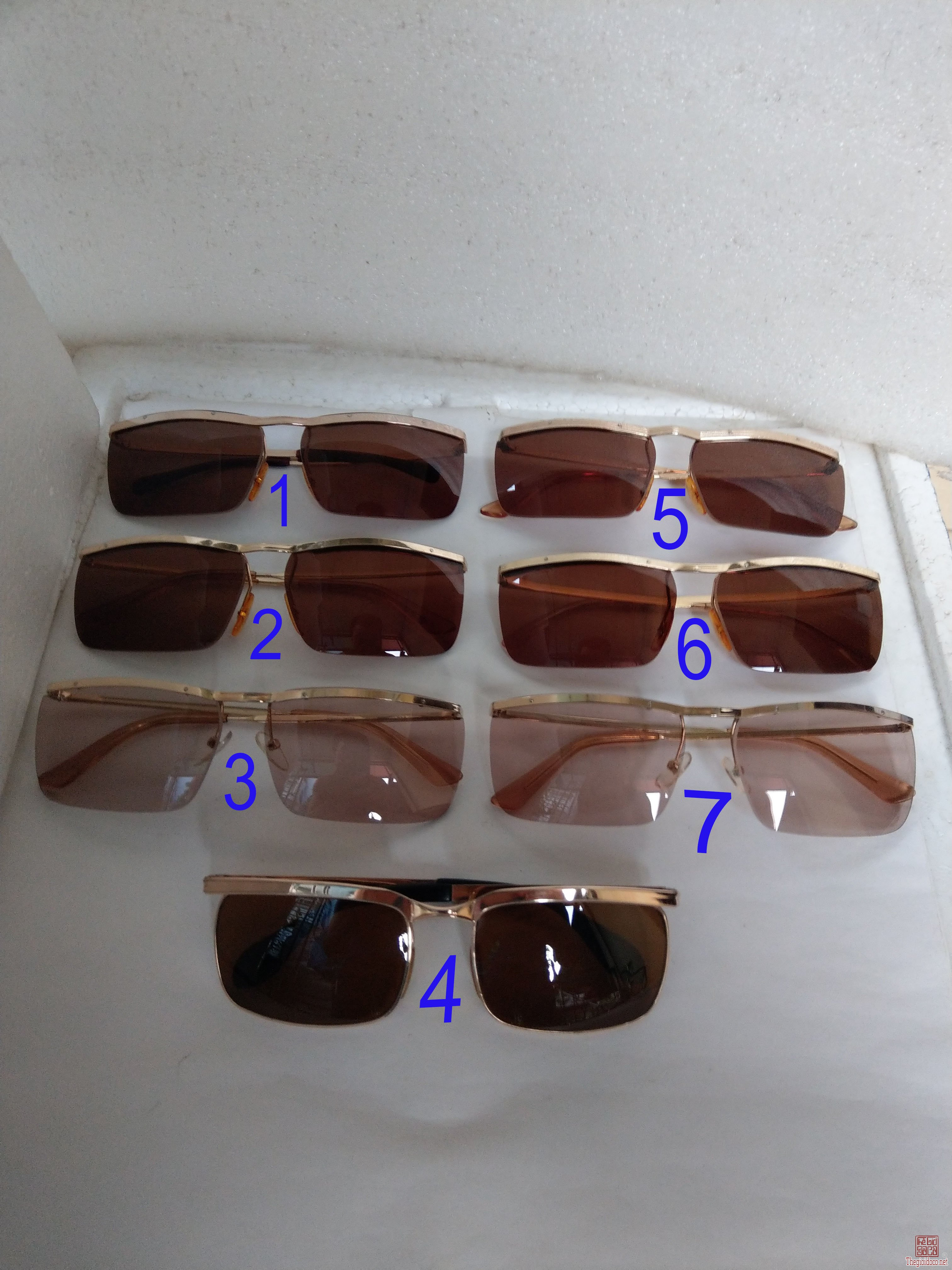 Có 7 cái kính cổ mạ vàng bọc vàng có đầy đủ các thương hiệu nổi tiếng trên toàn thế giới...vv