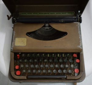 máy đánh chữ Antares Parva...