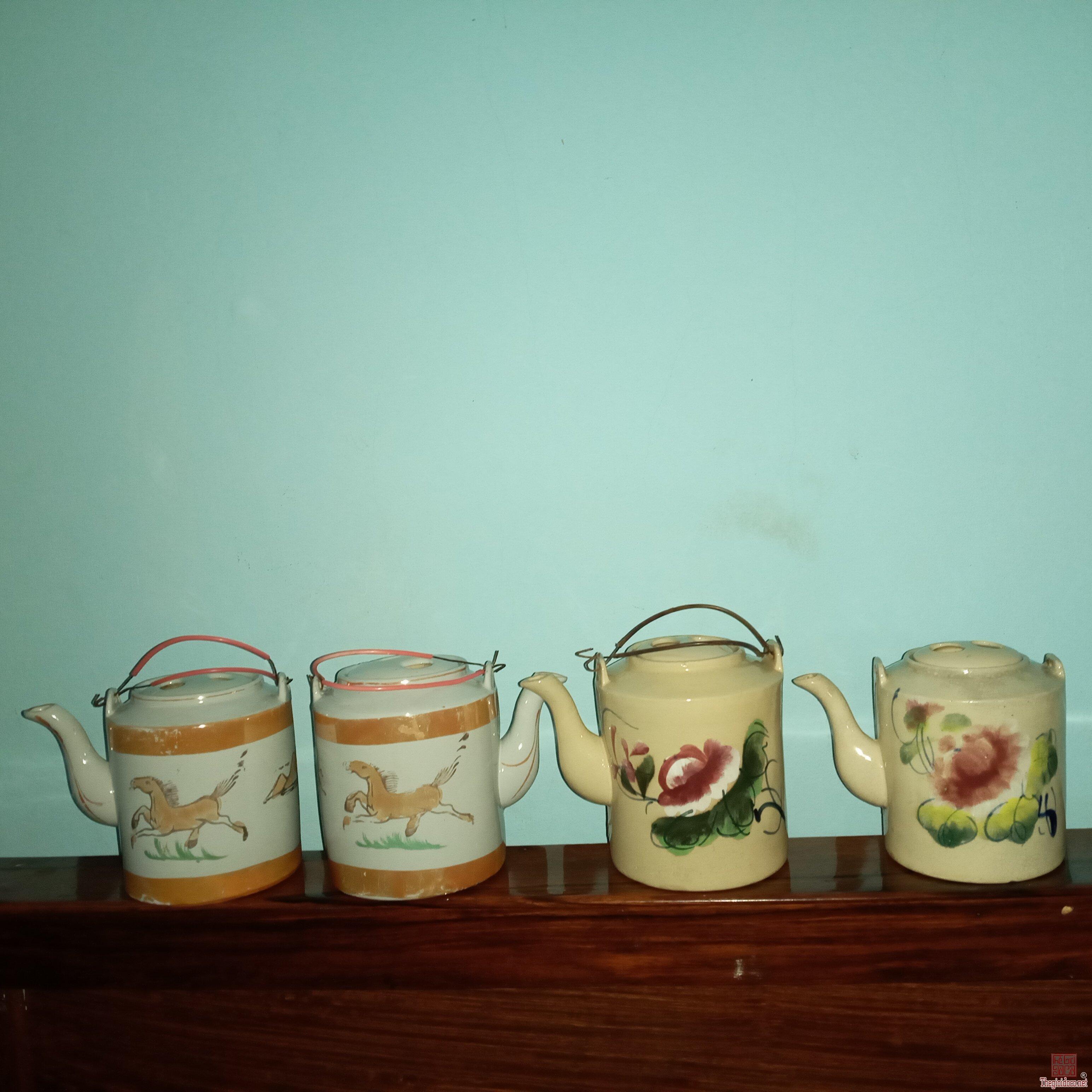 Giao lưu:4 Bình trà xưa.3 cái lành tít.1 cái còn lại bị lỗi xíu rất nhỏ.