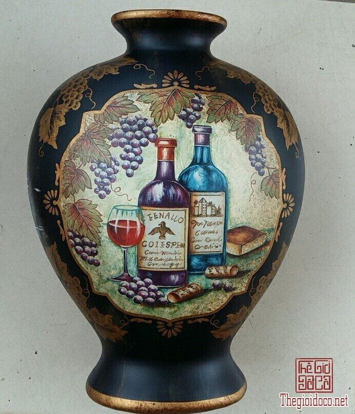 Bình hoa nền đen ,dẹp,vẽ hình 2 chai rượu nho EENALLO, nhập từ MỸ.