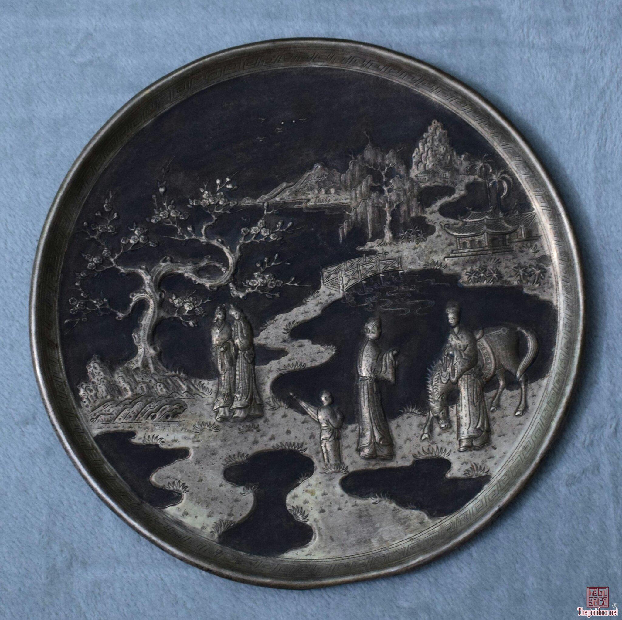 đĩa đồng xưa mạ bạc chạm thúc nổi