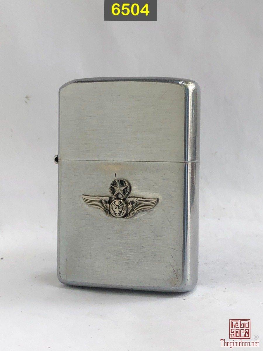 6504- chữ xéo 1965  Chủ đề quân đội( emblem đồng mạ chrome , hàn chì) -